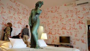Hotellgästerna får sova intill Havis Amanda.