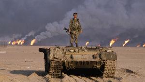 Amerikkalaissotilas tuhotun tankin päällä Persianlahden sodassa 1991