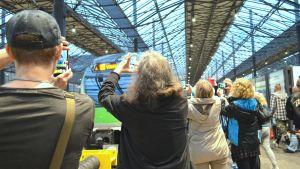 Människor fotograferar tåget