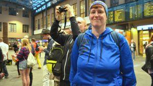 Kvinna på perrongen väntar på M-tågets sista avgång