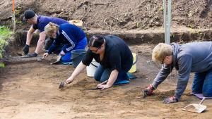 Arkeologisille yleisökaivauksille osallistujat kaapivat maata Vantaan Jokiniemessä kesällä 2015