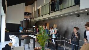 Besökare på bostadsmässan 2013 inne i ett av mässobjekten.
