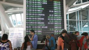 Passagerare väntar på sina försenade flyg på flygplatsen på Bali den 11 juli.