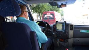 Jari Tuomenoksa kör buss