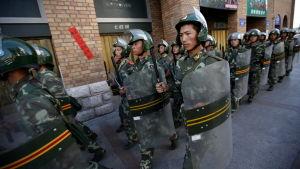Säkerhetsstyrkor i Urumqi i den autonoma regionen Xinjiang i juli 2009.