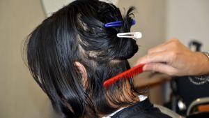 Flicka i frisersalong.