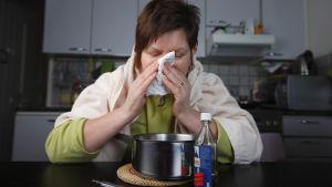 Sjuk människa inhalerar ånga.