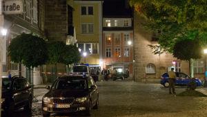 Ett avspärrat torg i Ansbach, natten efter explosionen där. Bilden från 25.7.2016
