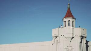 En vakt med gevär i handen står i vakttornet på det amerikanska fängelset Attica.