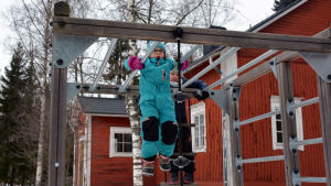 Skolelever på rast vid Kråkö skola i Borgå