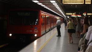 Passagerare på metroperrong.
