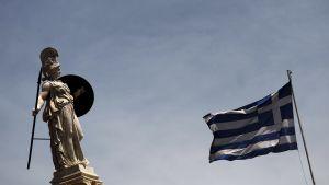 Greklands flagga och staty