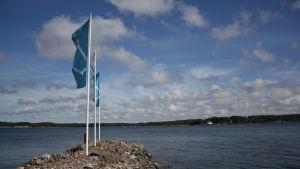 Pargas flaggor som fladdrar i vinden i Houtskär.