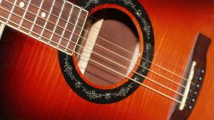 Närbild på gitarr.