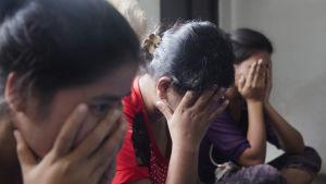 Trötta arbetare vid Semperit-fabriken i Thailand.