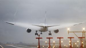 En flygplan landar.