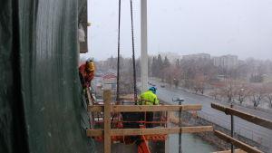 Byggarbetare vid Vasa elektriskas nybygge i Brändö