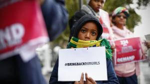 Sydafrikaner protesterar för att visa sitt stöd till skolflickorna som kidnappades av terroristgruppen Boko Haram i Nigeria.