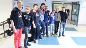 Ungdomsarbetare Kristoffer Nykopp tillsammans med elever från Petalax högstadium