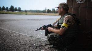 Ukrainsk soldat i Maryinka town i närheten av Donetsk.
