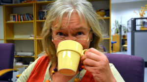 Ansiktsbild på Pia Abrahamsson när hon dricker kaffe.
