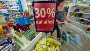 Kvinna i en tysk affär den 26 juli 2012.