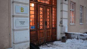 Ingången till ett av husen vid Vasa centralsjukhus psykiatriska enhet i Roparnäs i Vasa. Här inne startade en patient en brand, den manlige patienten avled som följd.
