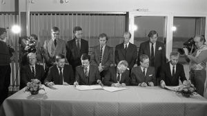 Oy Kolmoskanava Ab:n perustamisasiakirjat allekirjoitettiin 1993