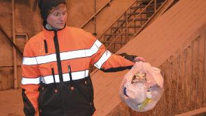 trasiga påsar förstör återvinningen.