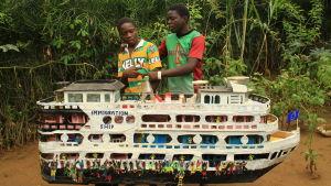 Bröderna Emile och Raphael från Kongo, som har byggt ett immigrationsskepp