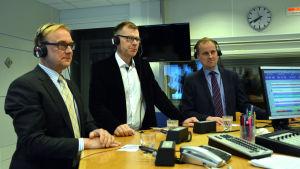 Denis Strandell, Bob Karlsson och Tom Simola i Yle Västnylands studio.