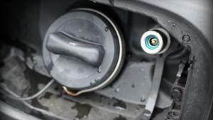 Bilen går att tanka med både bensin och gas. Bensintanken rymmer endast 12 liter bensin.