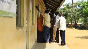 Flyktingar i Nakivale flyktingbosättning letar efter sina namn på listor för dem som blivit utvalda av UNHCR