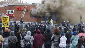 En närbutik står i brand i Baltimore efter att ha plundrats i samband med  demonstrationer i staden.