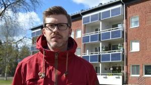 Projektledare Johan Sandström framför en del av miljösatsningen i Umeå. De har renoverat ett höghusområde miljövänligt. Bland annat med solpaneler på balkongerna.