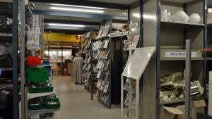 Kontorsmaterial på lagerhyllor i butik
