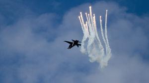 En F-18 Hornet från finska flygvapnet demonstrerar facklor (flares)