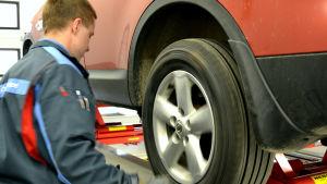 Peter Kaas besiktigar en bil