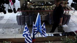 Greklands och EU:s flaggor.