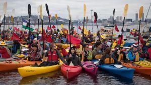 Greenpeaceaktivister försöker stoppa oljeborrningsfartyg.