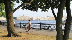 Nainen pyöräilee Pietarissa