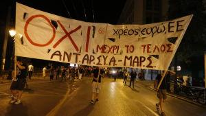 Greker protesterar för nej-sidan i folkomröstning.