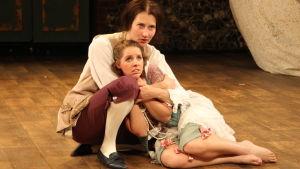 Siri Fagerudd och Sofie Lybäck spelar i pjäsen Mitt hjärtas hem.