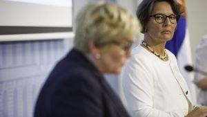 Kommun- och reformminister Anu Vehviläinen (C) och kommunikationsminister Anne Berner (C).