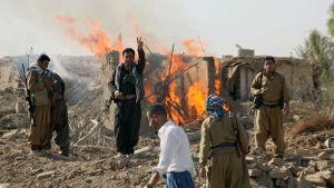 Kurdiska peshmergasoldater poserar i samband med en militäroperation söder om Kirkuk i norra Irak 26.8.2015.