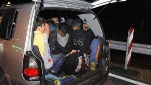 Polisen hittade skåpbil fylld med flyktingar nära Budapest.
