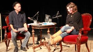Tomas Jansson och Sofia Aminoff samtalar.