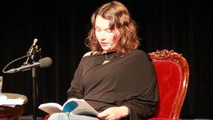 Sofia Aminoff läser ur sin pjäs.