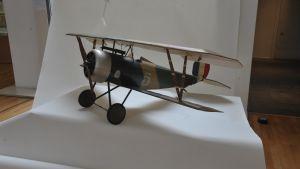 En miniatyr på ett flygplan från första världskriget.