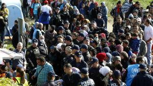 Flyktingar väntar på att få mat vid den slovenska gränsen den 21 oktober 2015.